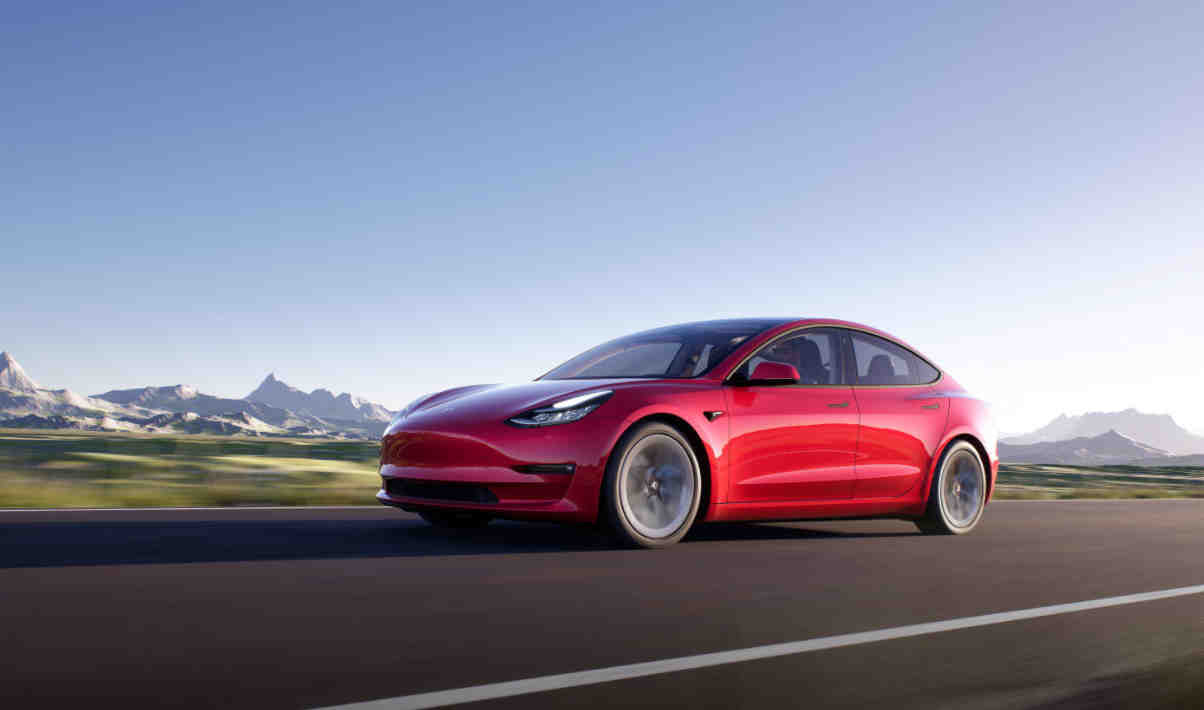Selon les chiffres du cabinet AAA Data, la Tesla Model 3 est la voiture électrique la plus vendue en France au premier trimestre 2021. L'américaine termine devant deux voitures françaises.