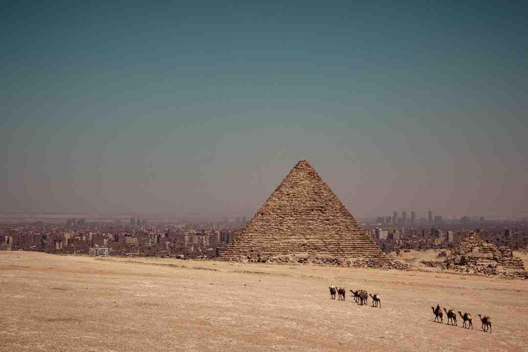 Comment  Calculer la surface totale d'une pyramide régulière