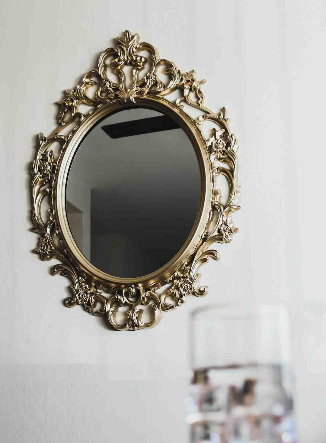 Comment accrocher un miroir avec sangle ?