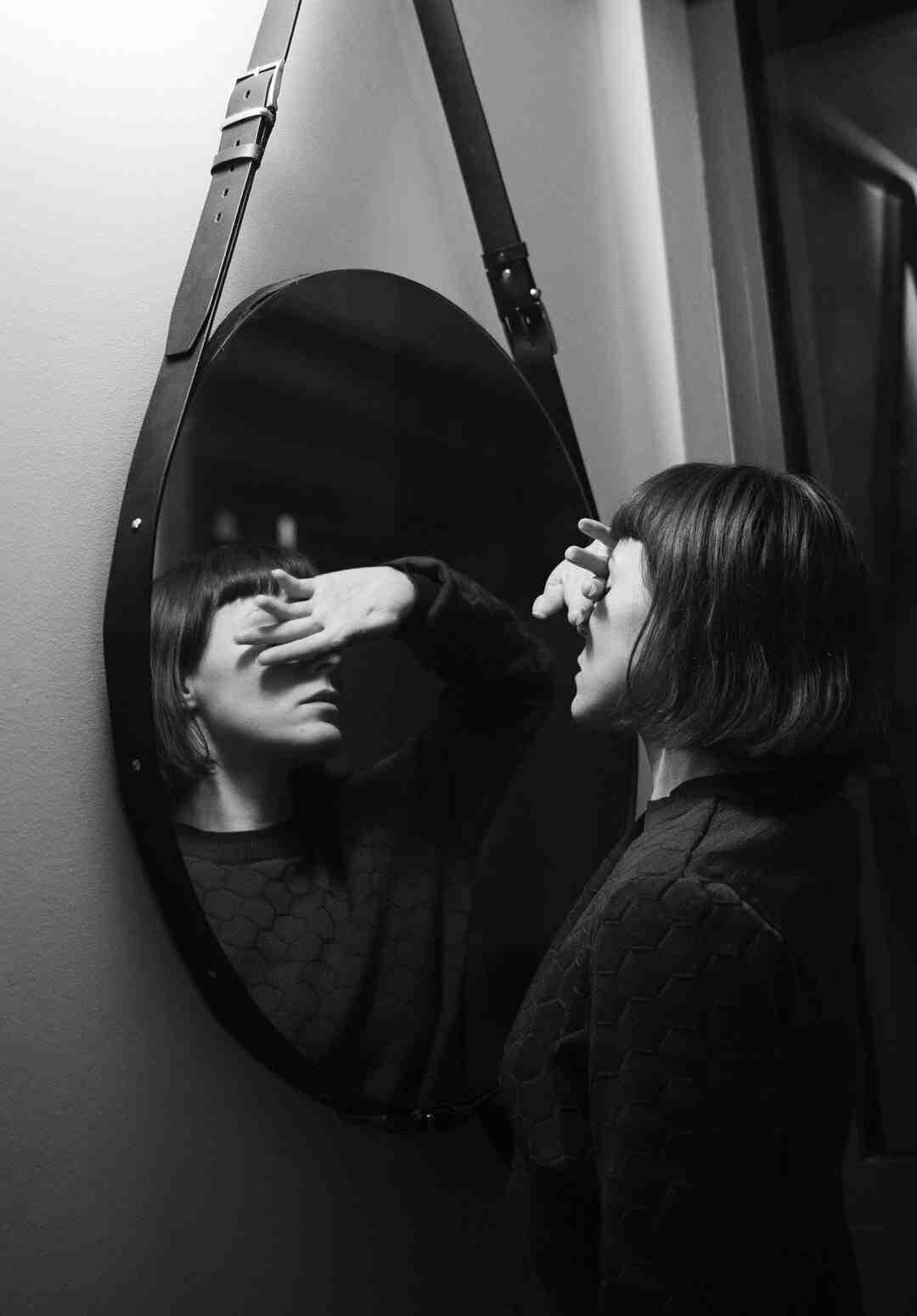 Comment accrocher un miroir lourd sans percer ?