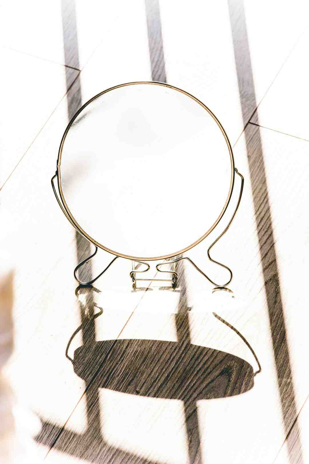 Comment faire tenir un miroir sur une porte ?