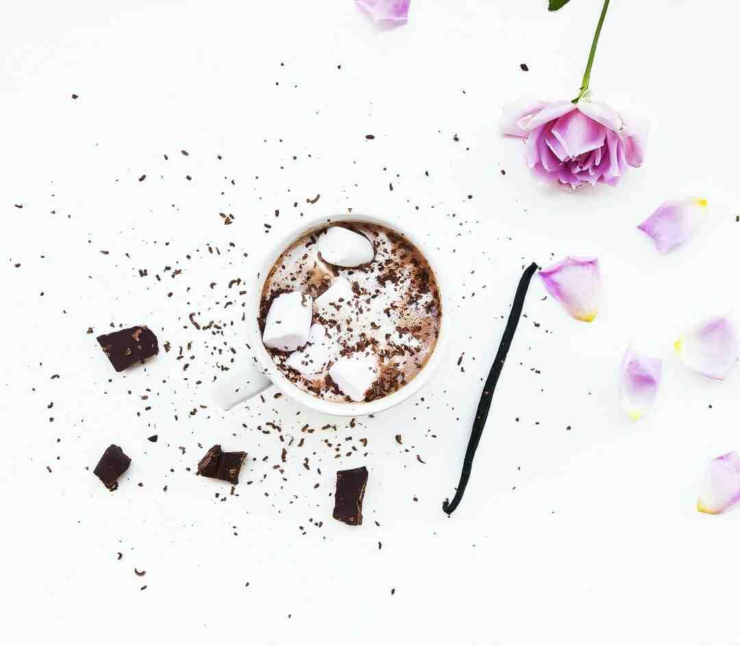 Comment mettre les copeaux de chocolat autour d'un gâteau ?