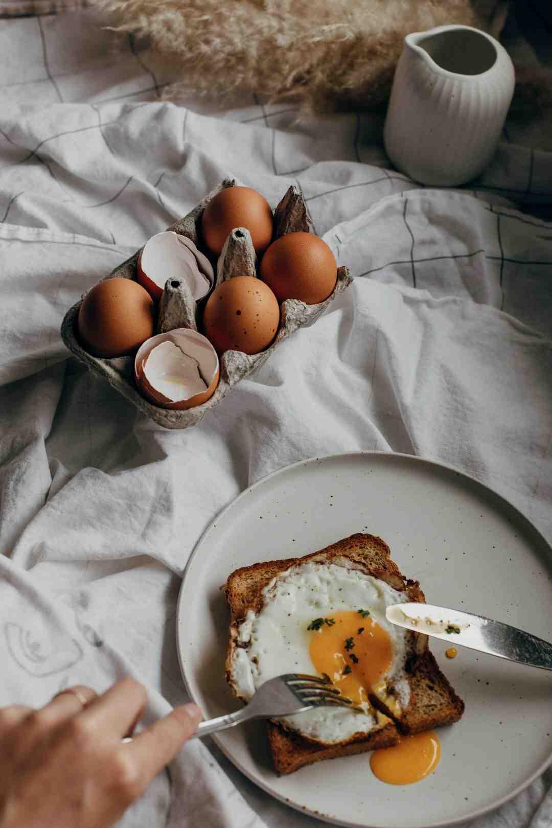 Comment casser la coquille d'un œuf à la coque ?