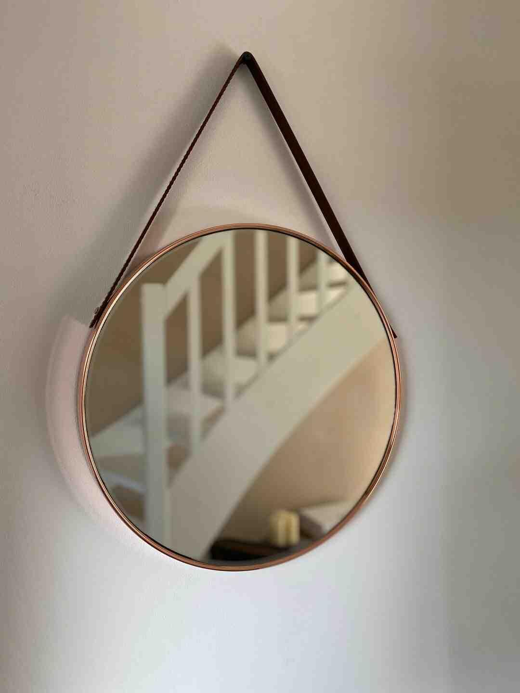 Comment fixer un miroir de salle de bain au mur ?