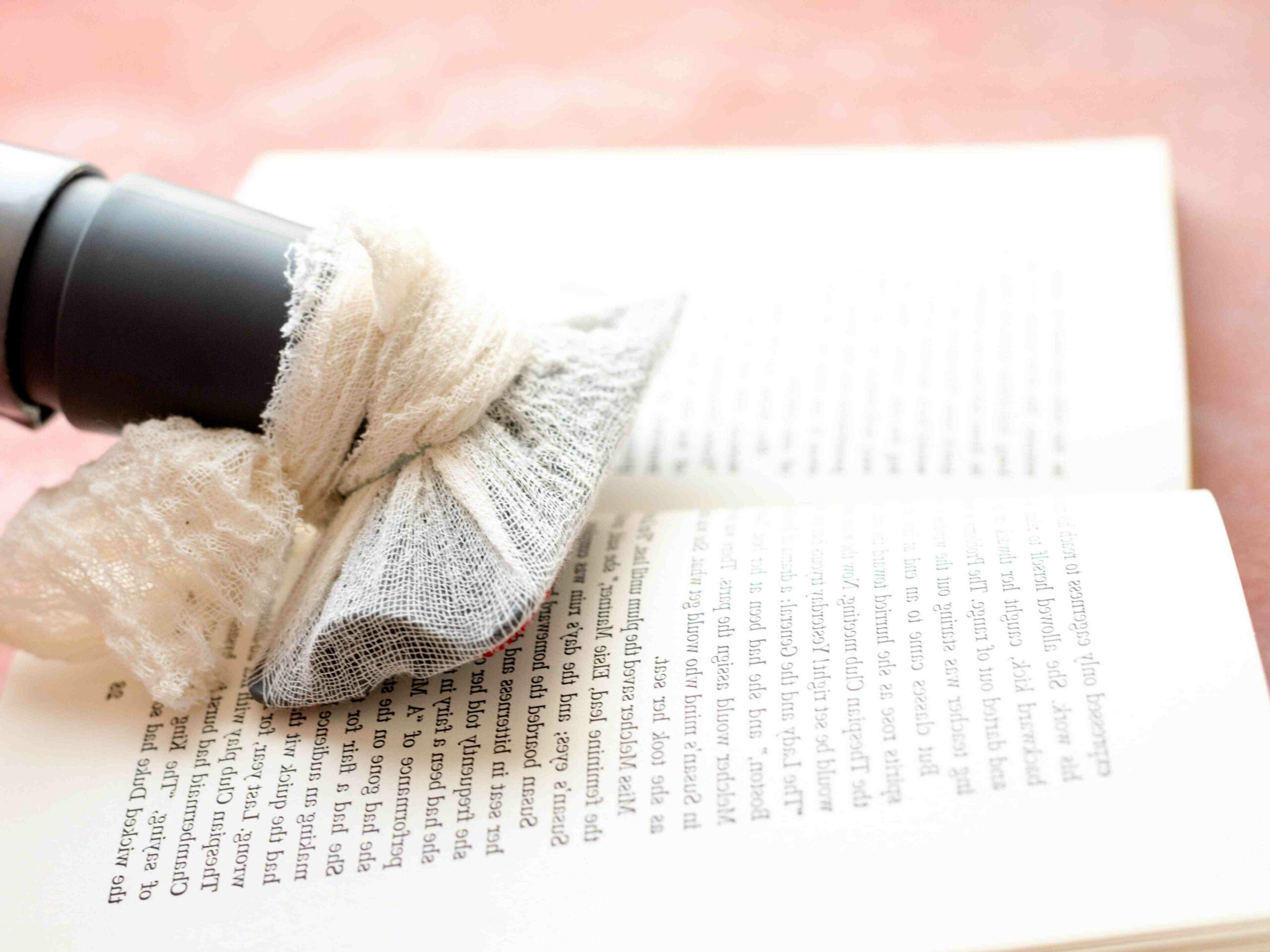 Comment nettoyer une gravure tachée ?