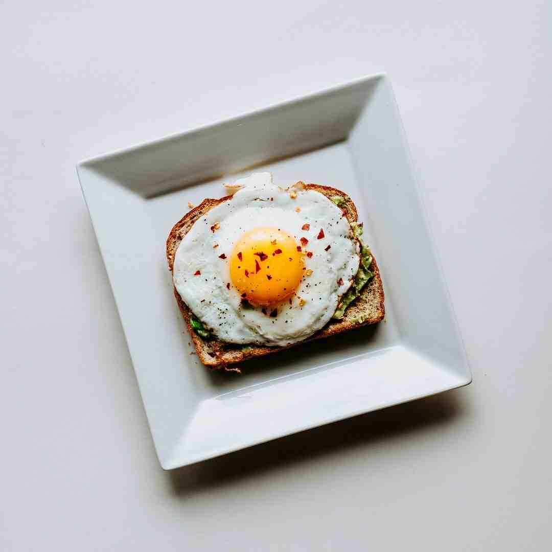 Pourquoi le blanc de l'œuf colle à la coquille ?